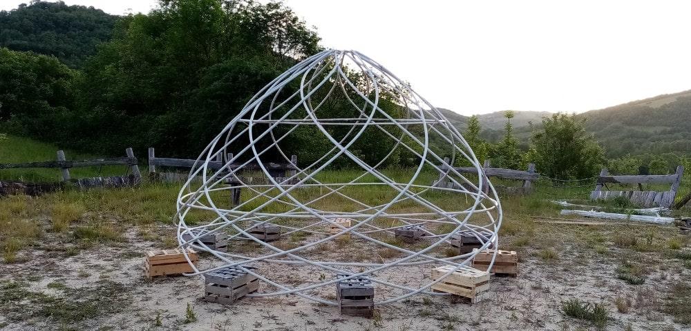 Zome hélice ayant un nombre d'ordre 10 et un toit autoportant de type kiva